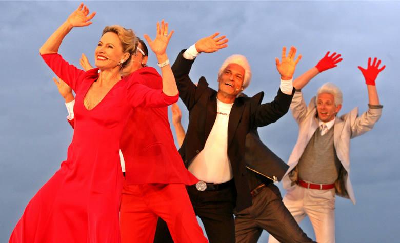 """""""Słodkie lata 20., 30..."""" (premiera 6 lipca 2012 roku) według scenariusza, w reżyserii i choreografii Jana Szurmieja, z kostiumami Sabiny Bicz. Na scenie zbudowano przedwojenną elegancką plażę, z budką ratownika i przebieralniami"""