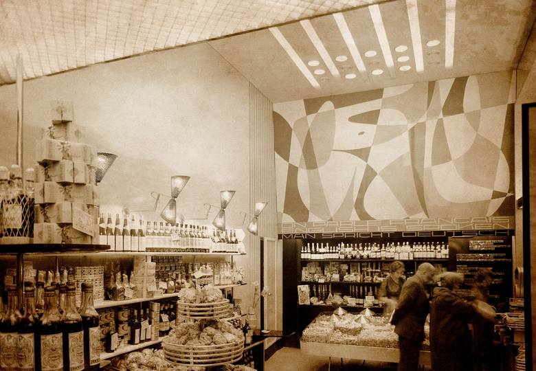 Wnętrze sklepu ze słodyczami i alkoholem przy Kruczej w Warszawie, rok 1960