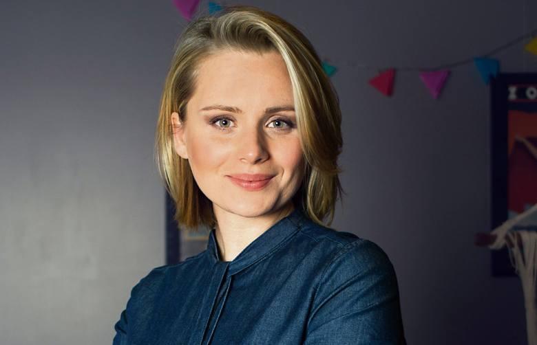 """PAULINA CHRUŚCIEL - aktorka, której ogólnopolską popularność dały role w serialach: """"Pensjonat pod Różą"""", """"Klinika samotnych serc"""", """"Linia życia"""", """"Na dobre i na złe"""", """"Wataha"""", ale przede wszystkim """"Singielka"""" (Ela Kowalik)."""