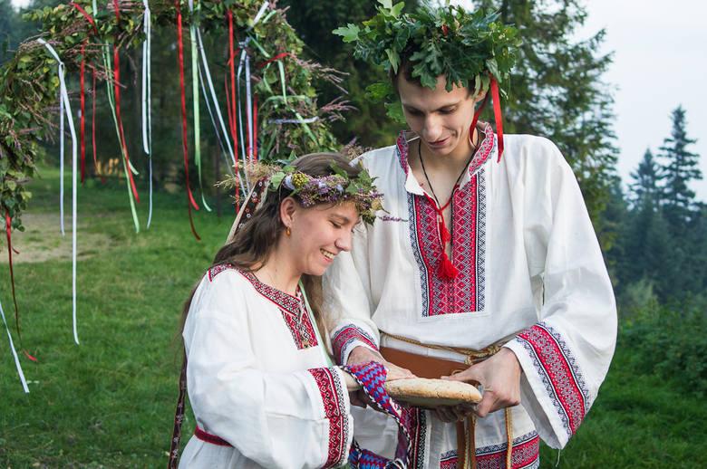 Ludmiła oraz Jaczewoj łamią chleb swadziebny, następnie podzielą się nim z gośćmi na znak dobrej wróżby.