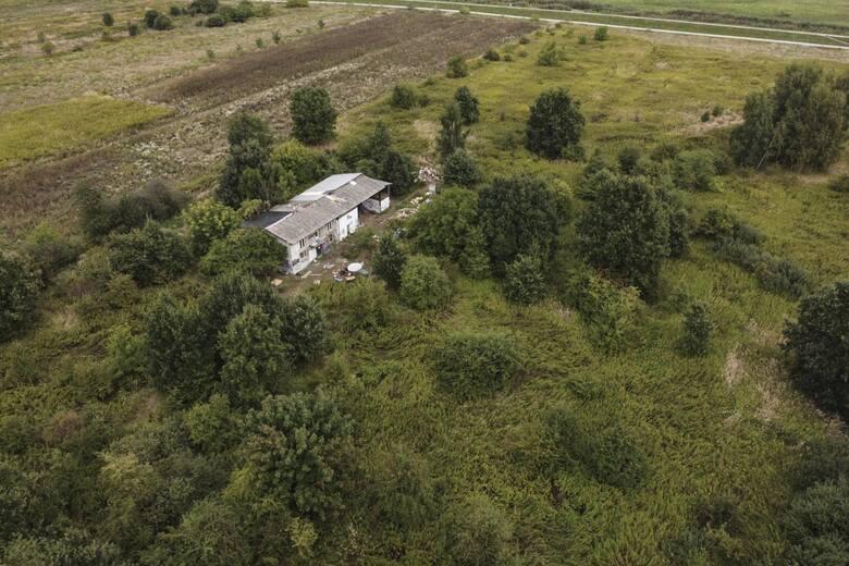 Squat na działce należącej do pana Ryszarda i jego żony Janiny na wrocławskim osiedlu Kowale