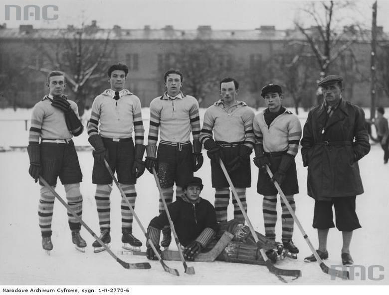 """Drużyny biorące udział w szkolnym turnieju hokeja na lodzie w Parku Sobieskiego w Warszawie,  <font color=""""blue""""><a href="""" http://www.audiovis.nac.gov.pl/obraz/109420/df630c08d885e63479da4b76ca570836//""""><b>Zobacz zdjęcie w zbiorach NAC</b></a> </font>"""