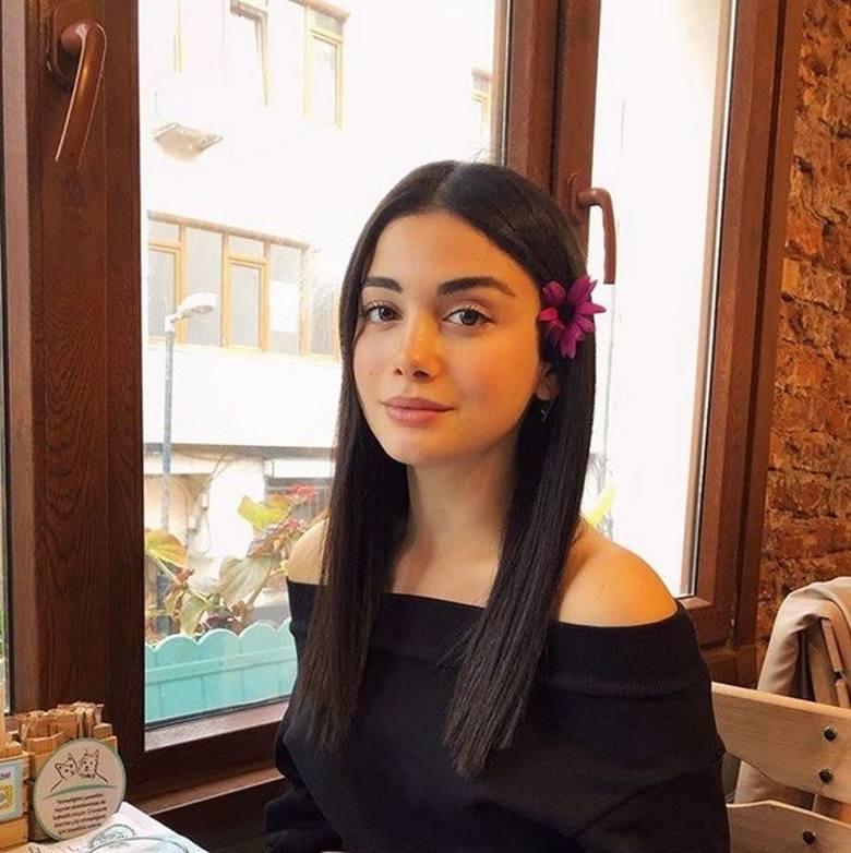 Özge Yağız czyli Reyhan.Urodziła się 26 września 1997 a więc ma 22 lata. Ma 1,69 m wzrostu i 52 kg wagi. To zodiakalny baran. Ukończyła Uniwersytet Nauk