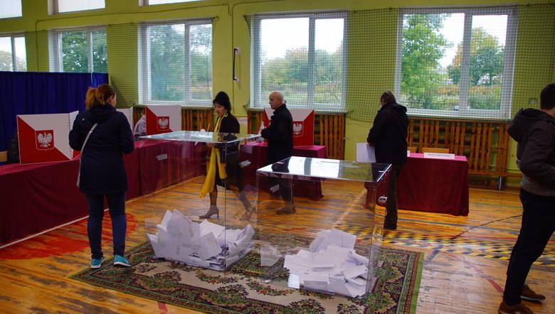 Trwają wybory parlamentarne 2019. W powiecie sławieńskim lokale wyborcze otwarte zostały zgodnie z planem. Odwiedziliśmy Obwodową Komisję Wyborczą nr