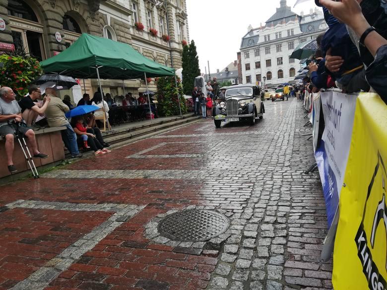 42. Beskidzki Rajd Pojazdów Zabytkowych. Konkurs elegancji na placu Ratuszowym w Bielsku-Białej ZDJĘCIA