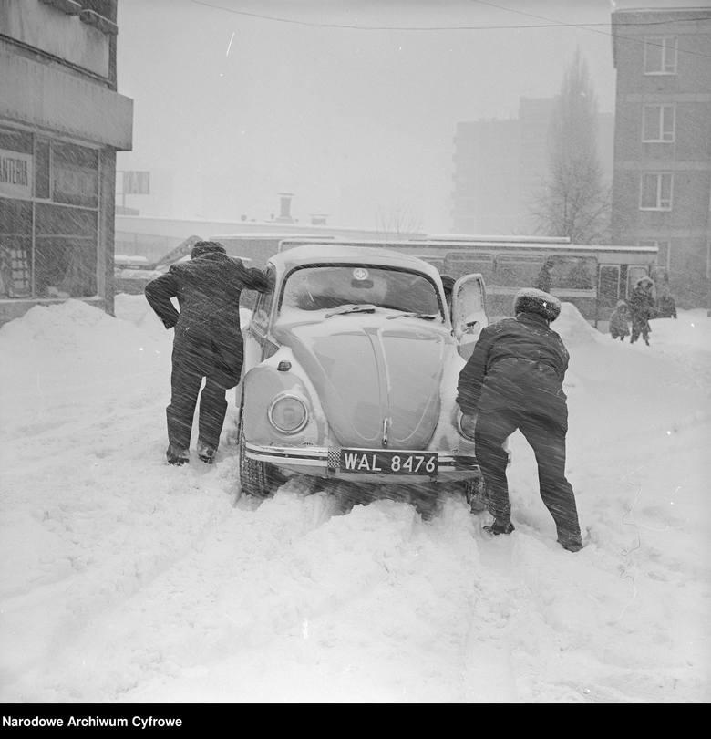 29 grudnia 1978 - luty 1979: zima stuleciaTo jedna z wielu fotografii upamiętniających zimę stulecia, trwającą na przełomie 1978 i 1979 roku. W jej trakcie