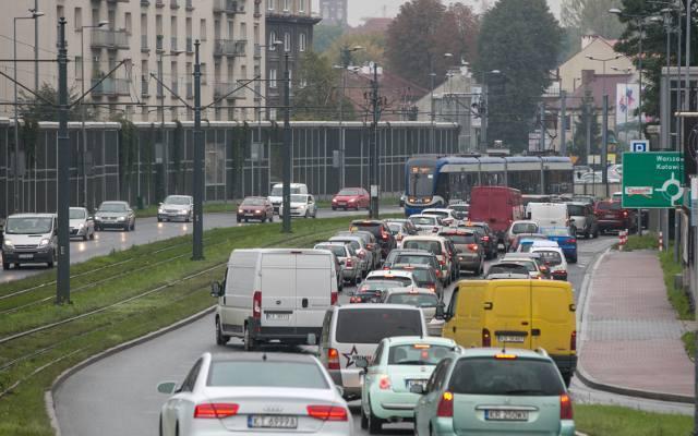 Sprawdziliśmy w Referacie Rejestracji Pojazdów w magistracie, jakich aut jest w Krakowie zarejestrowanych najwięcej. Wyniki mogą zaskakiwać. Zobaczcie