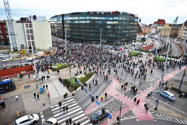 """Ataki narodowców na demonstrację we Wrocławiu. """"Kopali w głowy, pryskali gazem"""