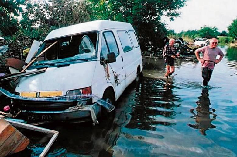 Ulica Koszyka. Woda zaczyna opadać, odsłaniając zatopione samochody.