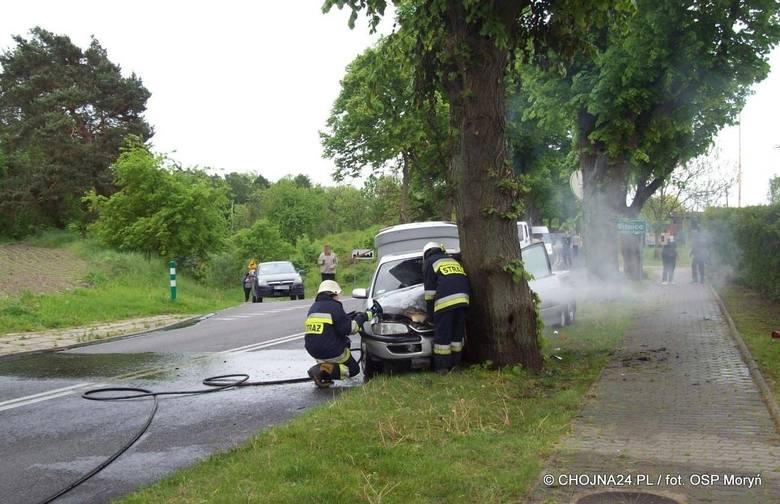 Wypadek w Moryniu. Samochód uderzył w drzewo i stanął w płomieniach [zdjęcia]