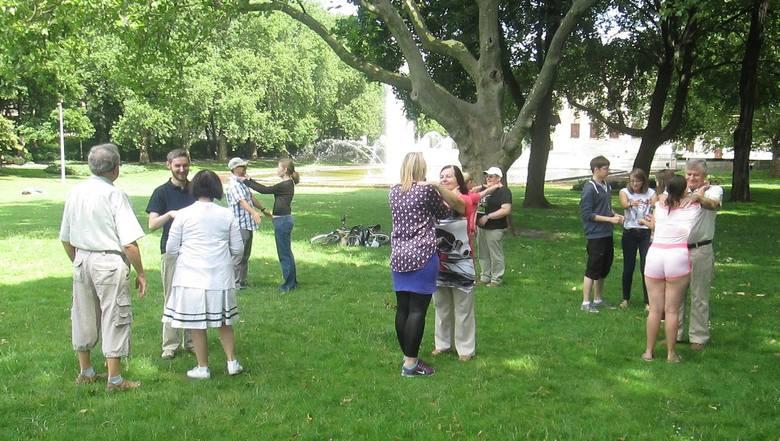 Osoby głucho-niewidome ćwiczyły samoobronę w parku Mickiewicza