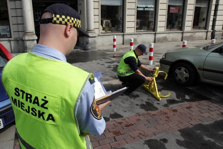 Informacje o zarobkach przesłała nam Straż Miejska w Bydgoszczy. Jest to mediana brutto (wartość środkowa) miesięcznego wynagrodzenia zasadniczego poszczególnych