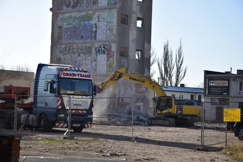Rozbiórka wieży dawnej fabryki nici Odra