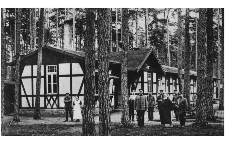 W lasach usytuowano wiele baraków przemienionych na lazarety. Tu lazaret Czerwonego Krzyża, rok 191