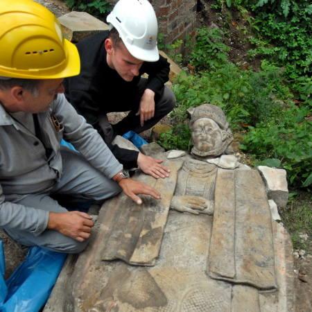 Jakub Bartczak i Wolfgang Kuepper przy kamieniu nagrobnym mieszczki z XVI w. Zgodnie z panującymi wówczas zwyczajami epitafia miały charakter figuralny,