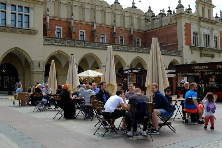 Kraków pierwszy raz wyglądał jak z czasów sprzed pandemii. Ludzie bez maseczek, tłumy na ulicach i w ogródkach [ZDJĘCIA]