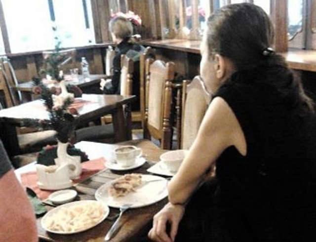 Elegancka brunetka w średnim wieku była widywana w eleganckich restauracjach i kawiarniach w centrum Bydgoszczy.