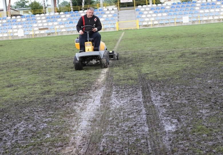 Płyta stadionu przy ul. Zielonej po opadach deszczu i meczach juniorów.