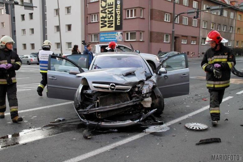 Dziś po południu na skrzyżowaniu ulic 1 Maja i Plebiscytowej w Opolu zderzyły się opel vectra i volkswagen sharan. Pogotowie zabrało cztery osoby do
