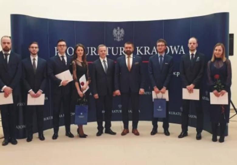 W siedzibie Prokuratury Krajowej w Warszawie zastępca Prokuratora Generalnego do Spraw Wojskowych Przemysław Funiok wręczył 45 osobom nominacje na stanowiska