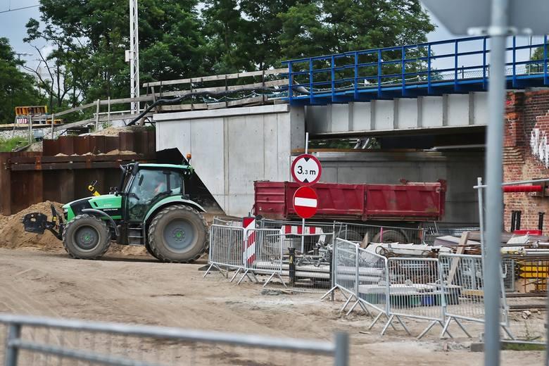 Wszystkie elementy starego poniemieckiego wiaduktu są systematyczne demontowane i zastępowane nowymi. Gotowe są już przyczółki i część podpór na których