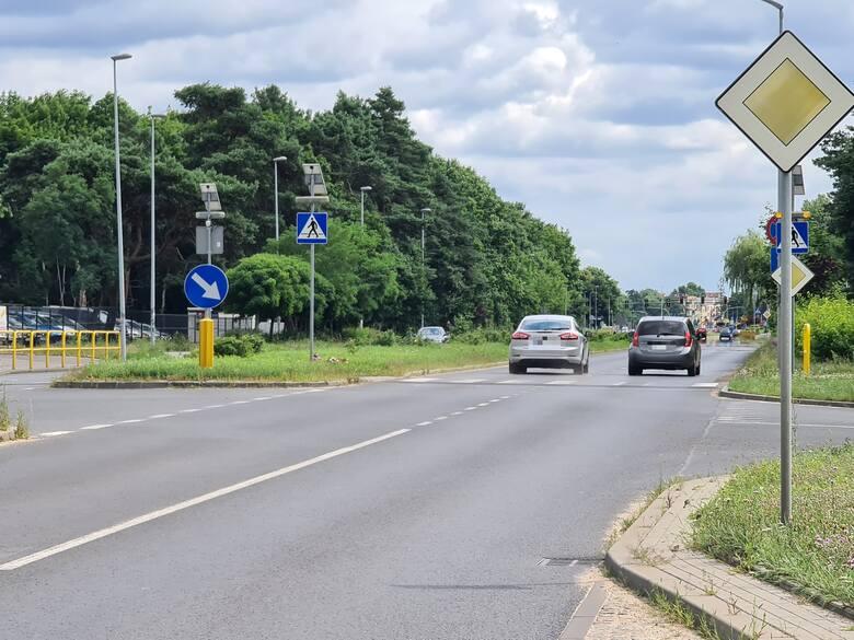 Drogowcy zlikwidowali przejazd rowerowy oraz zwężenie na Szosie Chełmińskiej przy skrzyżowaniu z ul. Jelenią. W zamian postawią znak informujący o ograniczeniu