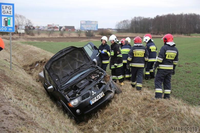 62-letni kierowca mitsubishi jadąc os strony Niemodlina prawdopodobnie zasłabł za kierownicą. Jego auto zjechało na przeciwległy pas ruchu, a następnie