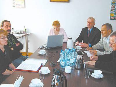 Od lewej: Maria Słuszniak, Marcin Durman, protokolantka Magda Włosek, Andrzej Chmielewski, Ryszard Chwastek i członek komisji Józef Tochowicz Fot. Zbigniew