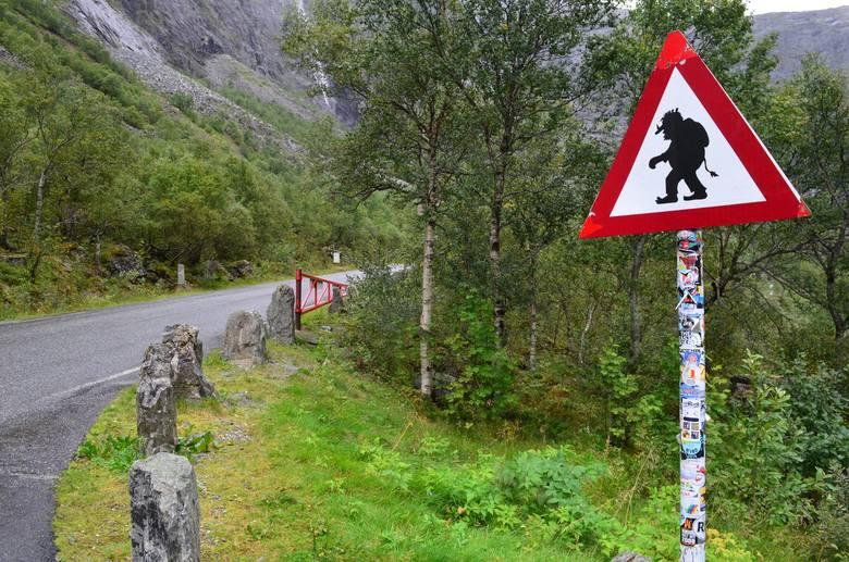 Jedyny na świecie znak ostrzegający kierowców przed trollami (w okolicy Drogi Trolli)