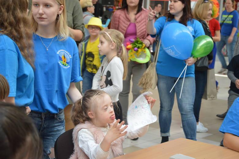 Podczas spotkania było wspólne śpiewanie, tańce, malowanie na papierze oraz twarzy czy wyklejanie.