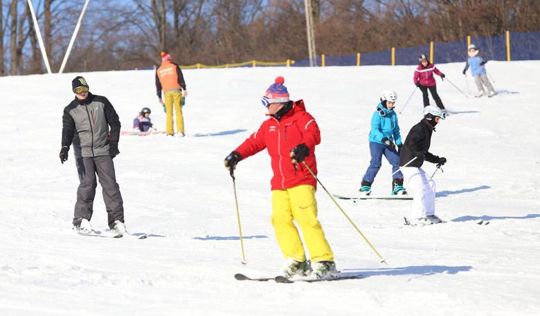 Pracują dwa wyciągi narciarskie. Na trasie nr 1 jest 90 cm śniegu, a na trasie nr 2 60 cm. Warunki do jazdy są bardzo dobre.Sprawdź, gdzie aktualnie