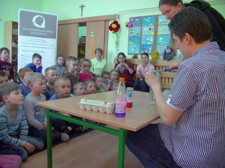 Maluchy z ogromną ciekawością przyglądały się eksperymentom wykonywanym przez naukowców Bartosza Pałuckiego (z lewej) i Rafała Sarniaka
