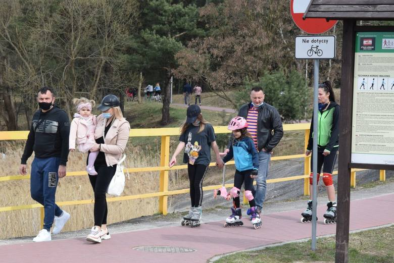 Sporo osób postanowiło w niedzielę 11 kwietnia wybrać się do podkieleckiej Cedzyny. Nad zbiornikiem nie brakowało spacerowiczów, rowerzystów i wędkarzy.