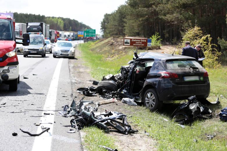 Tragiczny wypadek na drodze S3 koło Zielonej Góry. Zginął kierowca peugeota.