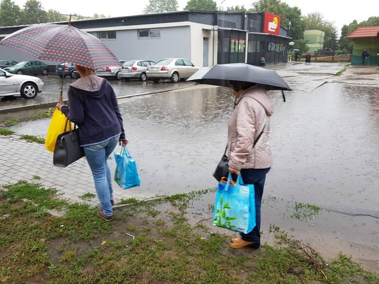 Wczoraj i dziś (13.07) przez Toruń przeszła ulewa. Deszcz był na tyle obfity, że pod wodą znalazły się wnętrza Centrum Bumar u zbiegu Lelewela i Grudziądzkiej. Zobaczcie też co działo się na ulicy Fałata, przy Wałach gen. Sikorskiego, Świętopełka... ! <br /> <br /> ul. Fałata