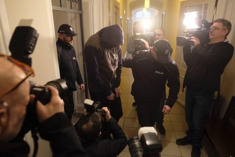 """Radosław M. """"krzyczał, zamykał w szafie i piwnicy, kopał po całym ciele, bił smyczą, kijem od miotły, paskiem, pięścią"""" - dowodzi prokuratura"""