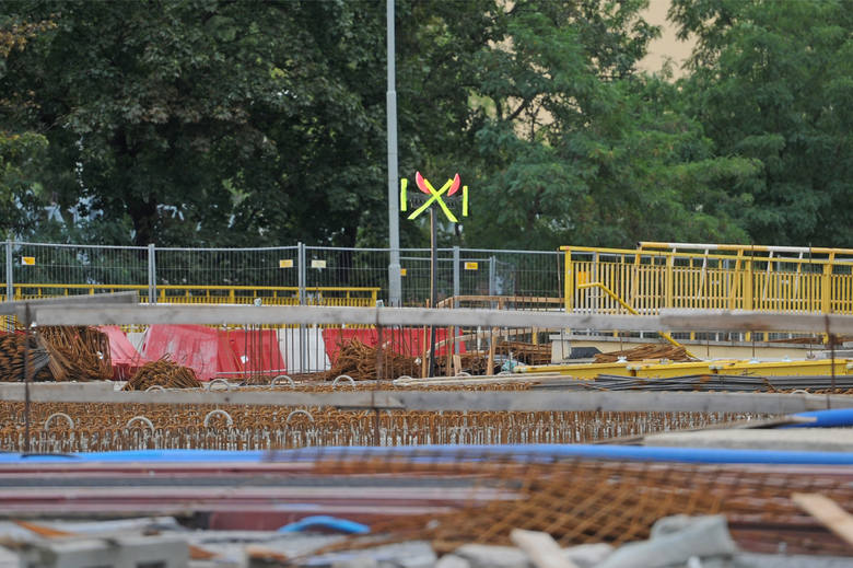 Przebudowa ronda Kaponiera miała zakończyć się w 2012 roku, ale trwała cztery lata dłużej. W projekcie budowlanym były błędy, o czym wiedziano od samego początku. Doszło też do wzrostu kosztów. Czy poznańscy urzędnicy zostaną oskarżani ws. nieprawidłowości przy przebudowie ronda?