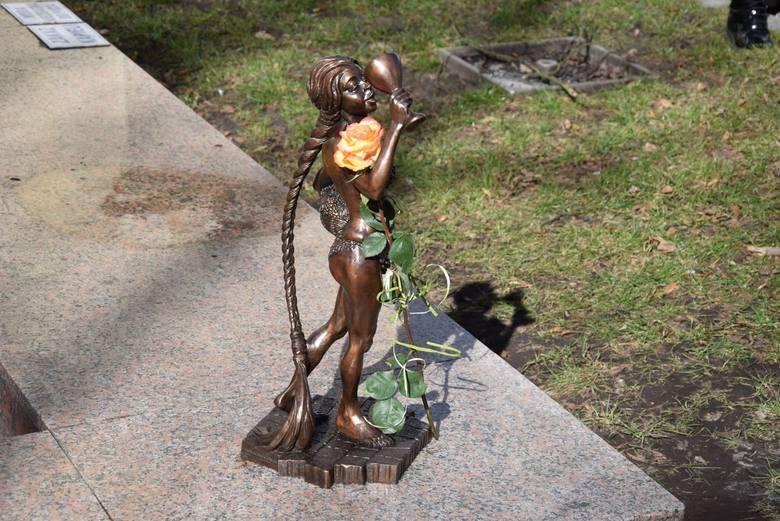 Uroczyste odsłonięcie rzeźby odbyło się w Dzień Kobiet, w samo południe.