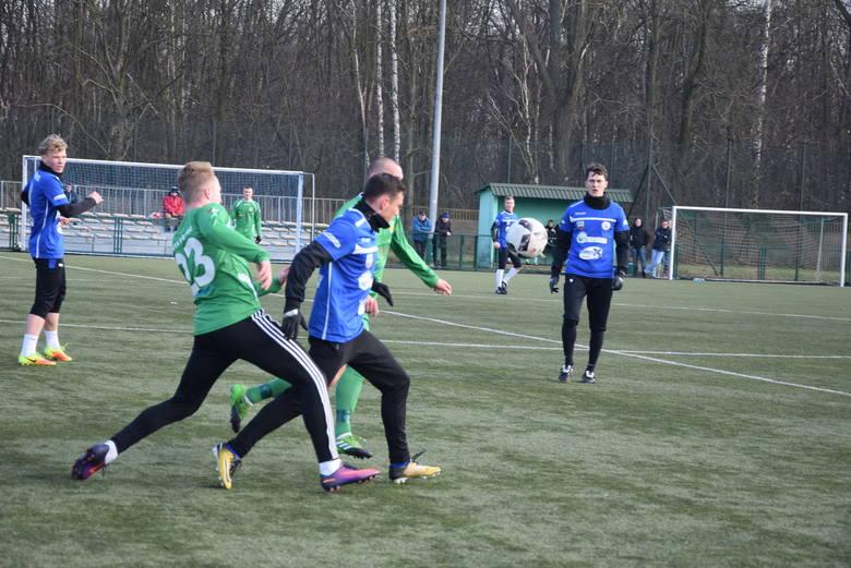 Warta Sieradz (zielone stroje) zremisowała z Nerem Poddębice 0:0