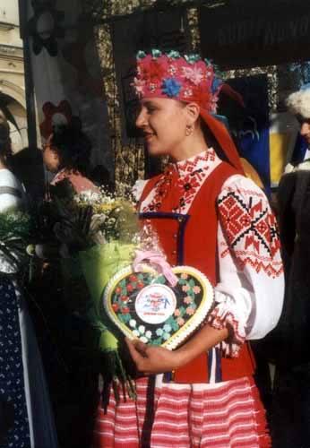 """Zachwycał kunszt artystów i uroda dziewcząt. Na zdjęciu: Olga Simonowicz z białoruskiej """"Krynicy""""."""