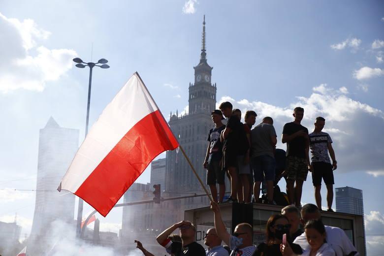 Marsz Powstania Warszawskiego w Warszawie. Na trasie tęczowe flagi. Policja zdejmowała je z balkonów