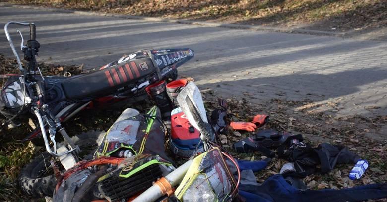 Krwawy efekt starcia motocyklisty z rolnikiem na jednym z leśnych traktów  w okolicy Andrychowa w 2020 r. Użyto noża.