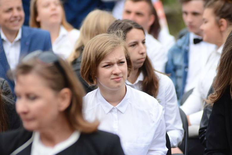 Kilkuset uczniów szkół ponadgimnazjalnych prowadzonych przez powiat opatowski zakończyło rok szkolny. W Zespole Szkół numer 1 w Opatowie przyznano trzy