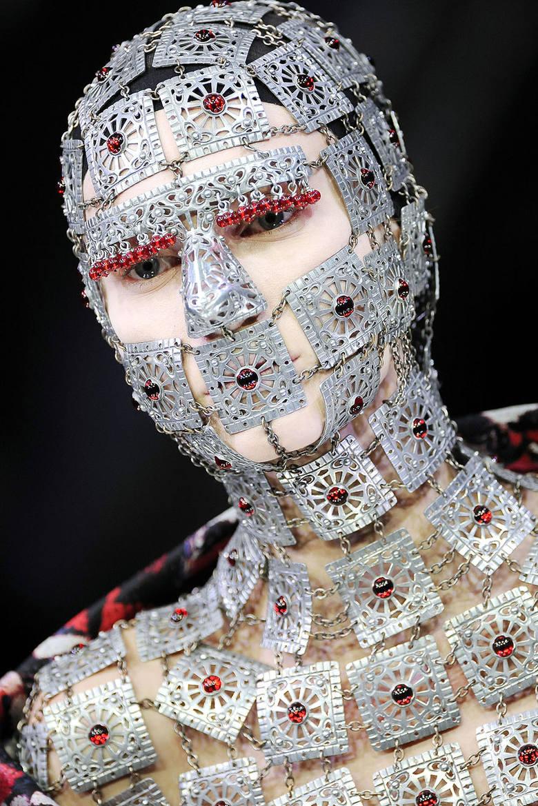 McQueen był ikoną, która swoją markę wypromowała szokującymi projektami, tak ważnymi dla światowej mody oraz popkultury