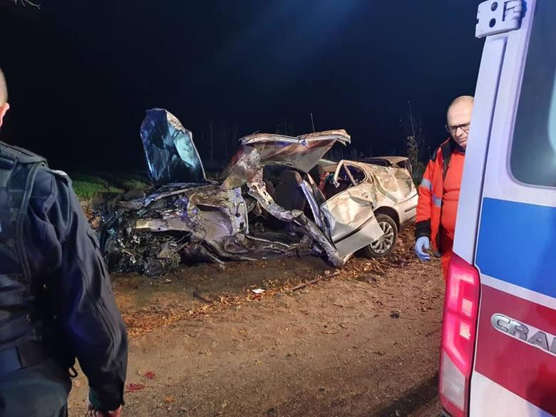 Śmiertelny wypadek pod Chojnicami 15.11.2019. Nie żyje 20-latek, 4 osoby w szpitalu [zdjęcia]