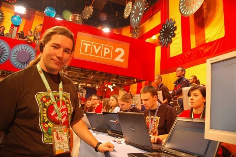 Tecnologiczna zmiana w finale WOŚP. Nowoczesne laptopy, zamiast komputerów zawitały w studio telewizyjnym. Prace nadzoruje Krzysztof Dobies.
