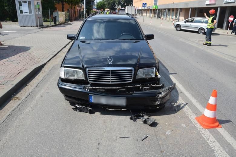 Do groźnego w skutkach wypadku doszło na ul. Mielczarskiego w Krośnie. Według wstępnych ustaleń policjantów 62-letni kierujący peugeotem, włączając się