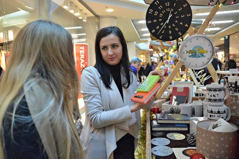Kinga Witkowska-Mirosław nie tylko sprzedaje pamiątki, ale też przybliża klientom historię Lublina