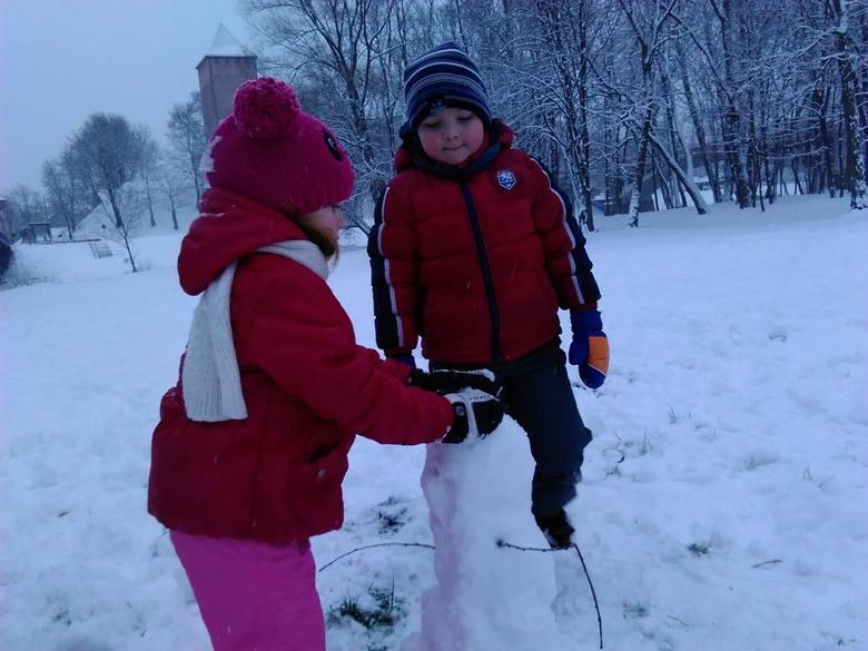 Zima w Oświęcimu. Dzieci się cieszą [ZDJĘCIA]