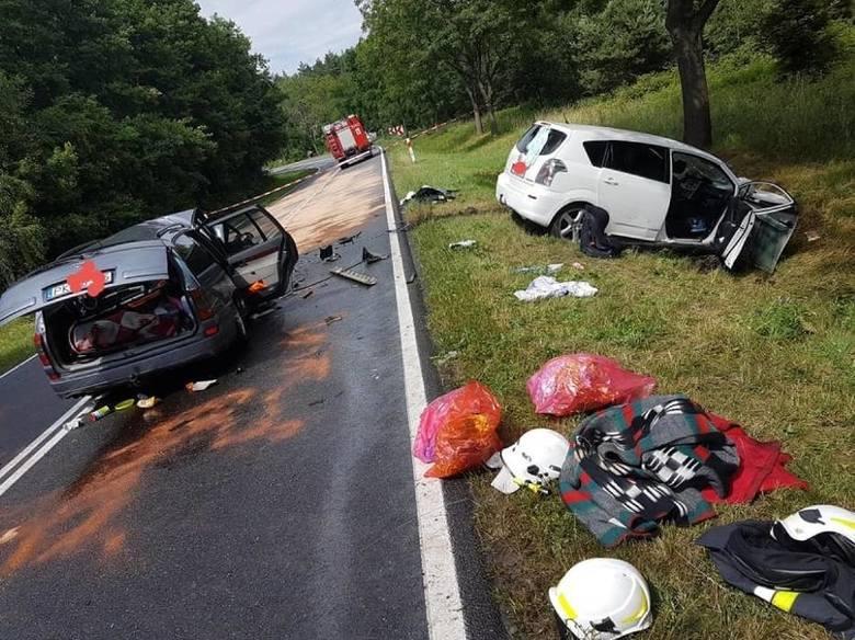 Do tragedii, której nie mogli uniknąć pasażerowie choćby jednego z aut doszło też 21 czerwca w Dziadkowie. Na łuku drogi jeden z samochodów zjechał na przeciwny pas i zderzył się czołowo z drugim. Zginęła dwójka dzieci i ksiądz z krotoszyńskiej parafii.